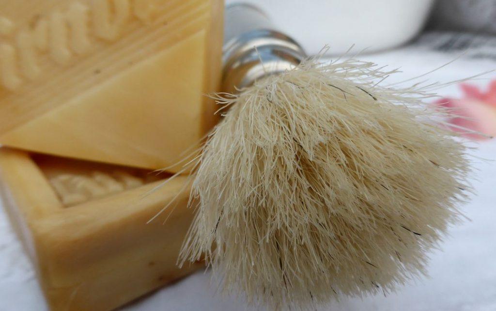Zur Plege deines Bartes: Rasierpinsel und Seife