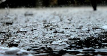 Regentropfen auf dem Boden